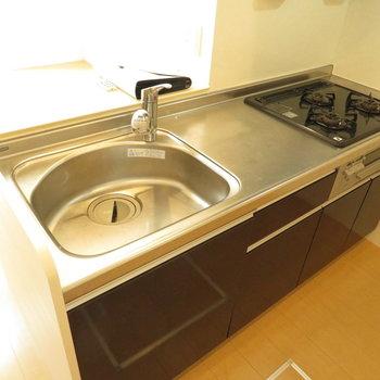 カウンターキッチンはもちろんシステム。下には床下収納が