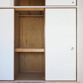 6.1帖洋室:ちゃんとハンガー掛けが付いています※写真は反転間取り別部屋のものです。