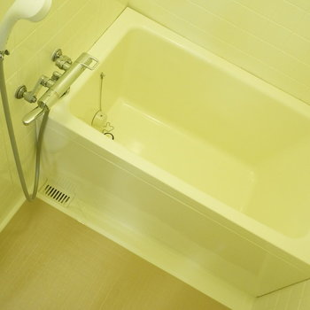 お風呂は非常にシンプル※写真は反転間取り別部屋のものです。