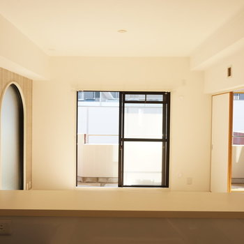 キッチンからの眺めはこんなに良いんです※写真は反転間取り別部屋のものです。