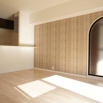 アーチドア型の窓でまずは家族の集合写真※写真は反転間取り別部屋のものです。※写真は反転間取り別部屋のものです。