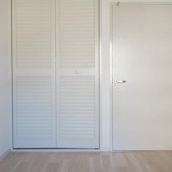 5.3帖洋室:白い扉が少しアンティーク感※写真は反転間取り別部屋のものです。