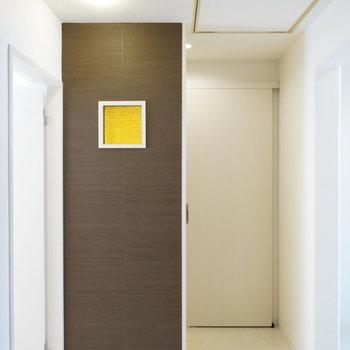 水回り空間手前のおしゃれな仕切り※写真は反転間取り別部屋のものです。