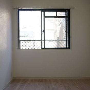 5.3帖洋室:たまには窓を開けてリフレッシュ※写真は反転間取り別部屋のものです。