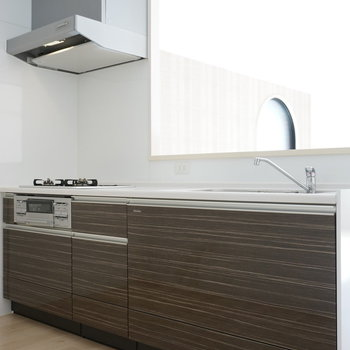 横幅ガッツリ確保のキッチンは3口グリル※写真は反転間取り別部屋のものです。
