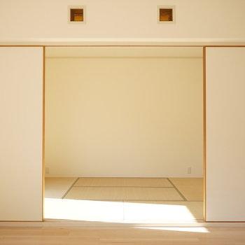 ふすまを開けば和室と日差しがこんにちわ※写真は反転間取り別部屋のものです。