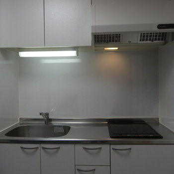 キッチンはIH2口の仕様※写真は同間取り別部屋のものです。