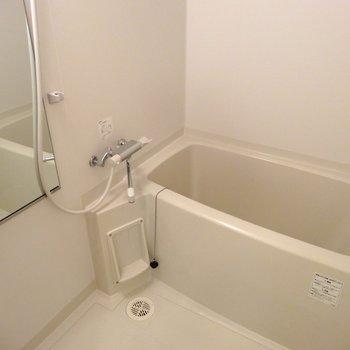 お風呂は棚が充実※写真は同間取り別部屋のものです。
