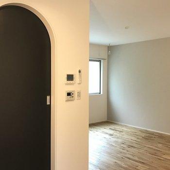 水回りはこのアーチをくぐって。ドアもついてて便利!※写真は2階の同じ間取りの別部屋です