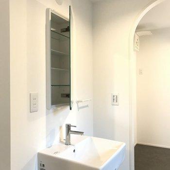 洗面台はトイレの逆側に。※写真は2階の同じ間取りの別部屋です