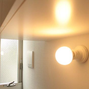 キッチンの照明もかわいい。※写真は2階の同じ間取りの別部屋です