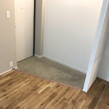 玄関は土間になってます。※写真は2階の同じ間取りの別部屋です