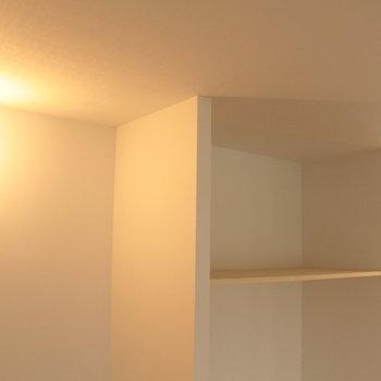 リビングのライトと収納。こちらにはハンガーをかけるポールが付く予定。※写真は2階の同じ間取りの別部屋です