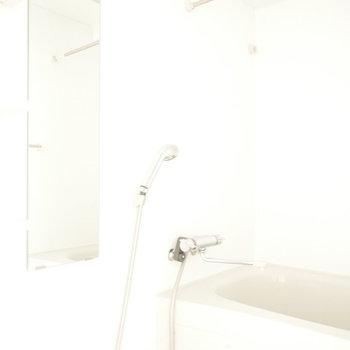 浴室はシンプルなオールホワイト