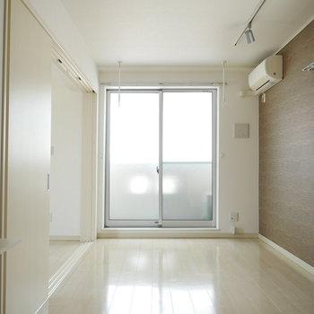 床はホワイト。優しい印象のお部屋