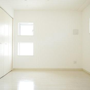 洋室の南にあるこの窓がかわいい