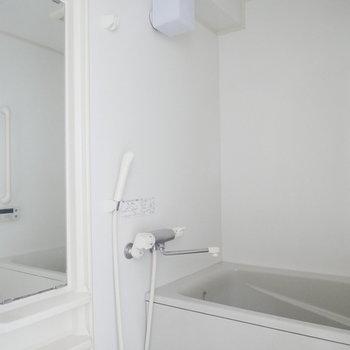 浴室はシンプルなホワイト