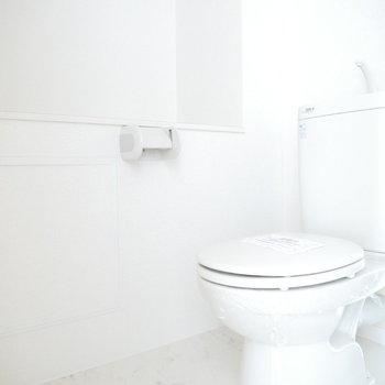 トイレはこちら。小物がいろいろ置けますね