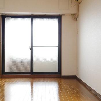 洋室は2箇所のベランダとつながっています