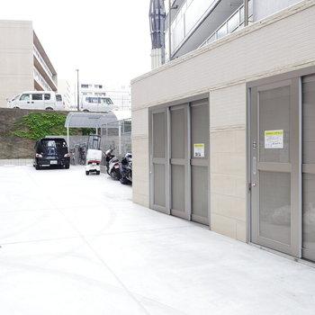 ゴミ置き場と駐車場