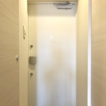 玄関、鍵2つです。※写真は6階の同間取り別部屋のものです。