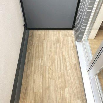 バルコニーはコンパクト。外干しの設備はないです。※写真は6階の同間取り別部屋のものです。