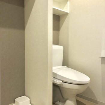 脱衣所にトイレと洗濯機。※写真は6階の同間取り別部屋のものです。