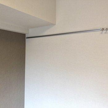 ピクチャーレールあります。何飾ろ〜※写真は6階の同間取り別部屋のものです。