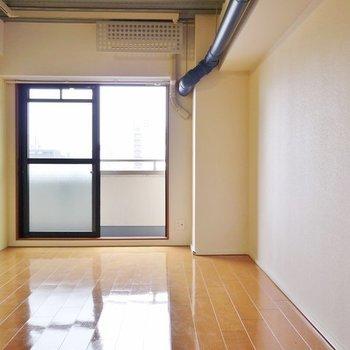 青く伸びた配管が渋いね!※写真は8階の同間取り別部屋です