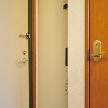 オール電化なので、電気給湯器が玄関にあります。※写真は8階の同間取り別部屋です