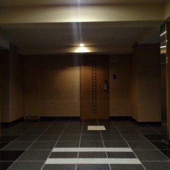 各フロア、玄関前に行くとセンサーで照明が点灯します