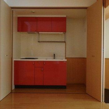 キッチンは開き戸の中に隠れています!