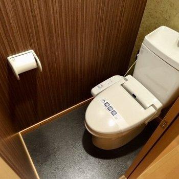 トイレはスタイリッシュな壁紙です