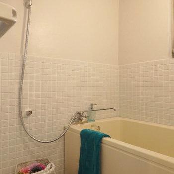 お風呂はちょっとレトロな雰囲気残っていますがキレイ♪ ※写真は別部屋