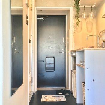 玄関はキッチン奥に。おっ、全身鏡があるのも嬉しい〜※写真は前回募集時のものです