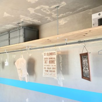 収納は上部の棚とハンガーポール ※写真は前回募集時のものです