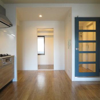 左はキッチン。正面は土間、右には可愛い扉があります