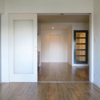 右の部屋!リビングにつーつーですね。開けっ放しでLDKとして使うのもいいかも!