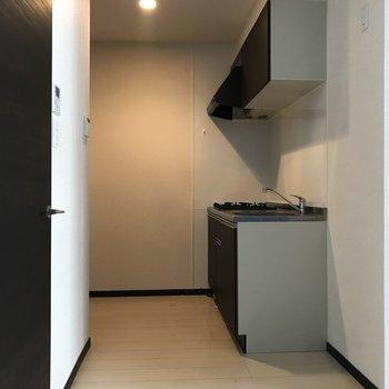 キッチンの向かい側が水回りへの扉です