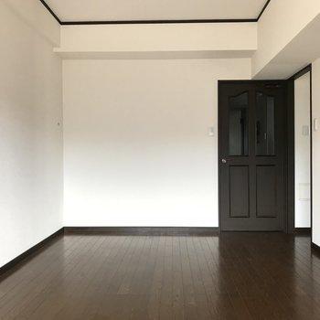 壁が白いのでどんな家具でも合いますね♬(※写真はクリーニング前です)