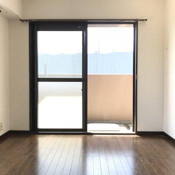 テレビは窓と窓の間に固定です(※写真はクリーニング前です)