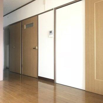 扉は木のぬくもりを感じる色ですね◎