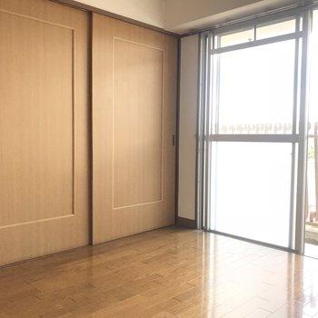 実はこの洋室に繋がる扉・・・
