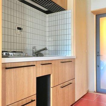 こんな木目とタイルのキッチン!くぼみにはゴミ箱を置けますね。