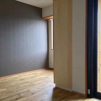 キッチンを抜けてお部屋に入ると美しい空間が広がっています。