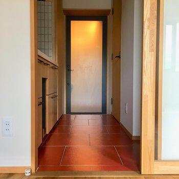 キッチンから玄関までの床は朱色。珍しいけどとってもかわいい色合い。