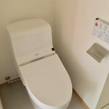 トイレはタンクレスにウォシュレット。※通電前の写真です