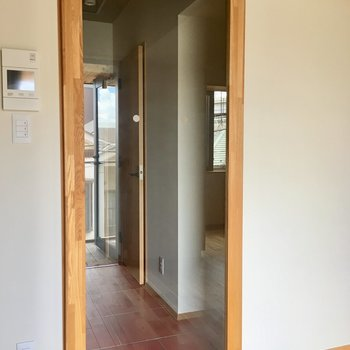 とっても透明度の高いガラスのはめ込まれた木枠のドア。とっても素敵!