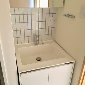 洗面台はシンプルで白くて可愛いですね。