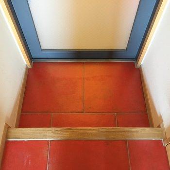 玄関はコンパクト。朱色がかわいい。